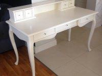 białe biurko z nadstawką