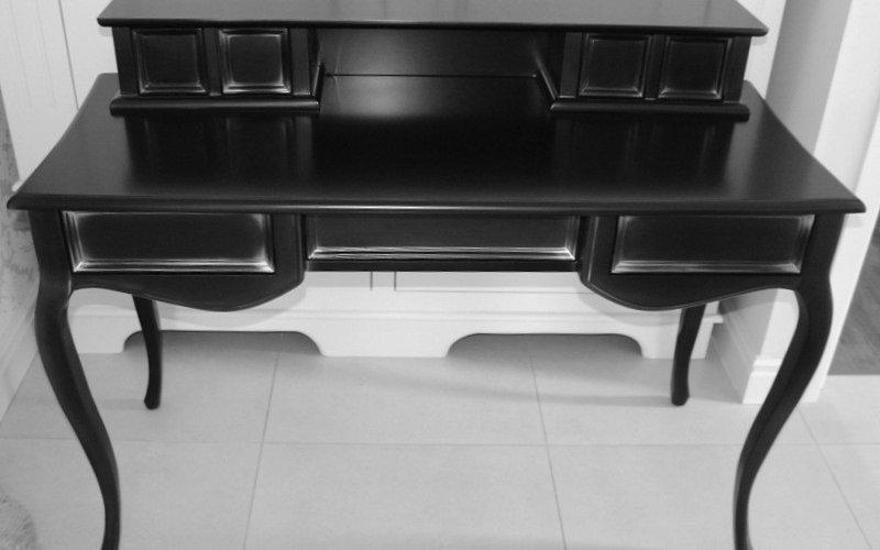 biurko w srebrnej patynie